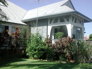 Clayfield House from southwest (EHP, 2004); Heritage Branch staff