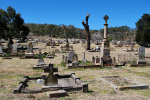 Mount Morgan Cemetery including Chinese Shrine and Linda Memorial (2008); Heritage Branch staff